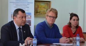 Кметът на Павликени инж. Емануил Манолов, Александър Колвин и Армани Сюгон.