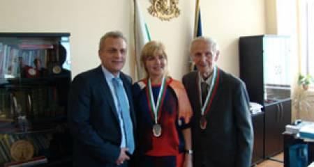 Проф. д-р Александър Гюровски (дясно)
