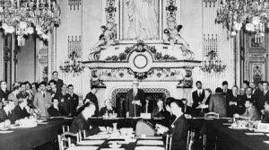 """Архивен кадър от подписването на Декларацията Шуман на 9-и май 1950 г. """"""""Обединението на Европа няма да стане отведнъж или според някакъв специален план. То ще бъде изградена чрез конкретни постижения, които първо създават чувство на солидарност."""", заявява Робер Шуман (в средата) по време на церемонията."""