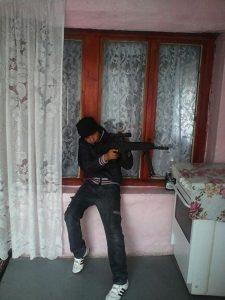 синът на ислямиста Ахмед Муса, Закир, с автомат в ръце